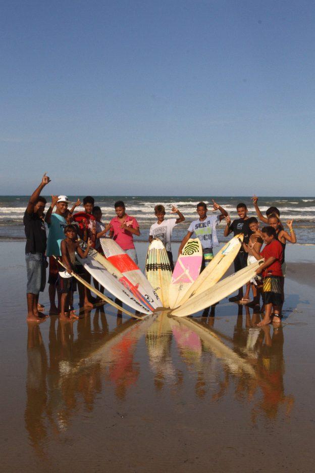 FORTALEZA, CE, BRASIL 25-03-2014: Alunos da Associação Boca do Golfinho, vão para aula de surfe no Serviluz. Associação Boca do Golfinho, no bairro Serviluz, tem iniciativas que promovem a cultura de paz entre os jovens da capital. (Foto: Edimar Soares/O POVO)
