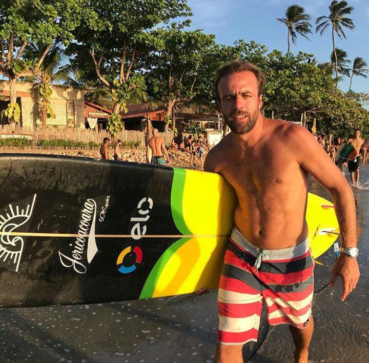 Praia de Jericoacoara: Roger Flores aproveita a folga para curtir um surf com um longboard