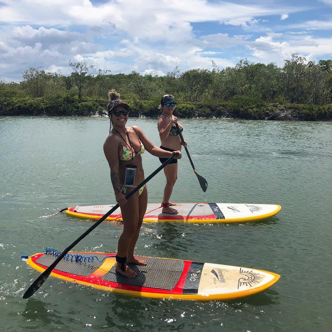 Aline Adisaka e Cláudia Adisaka no mangue, em Jeri.