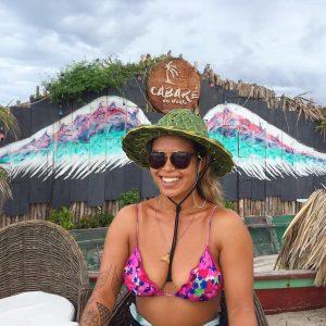 Aline Adisaka durante entrevista no Cabaré du Vento, na praia do Preá (CE).