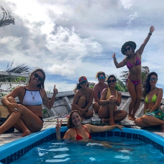 Marine Fernandes, Jaquel Sampaio, Débora Tak, Carol Piechock e Cláudia Adisaka no Cabaré du Vento, na praia do Preá (CE).
