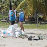 Ação de limpeza da praia/ Limpando o mundo.