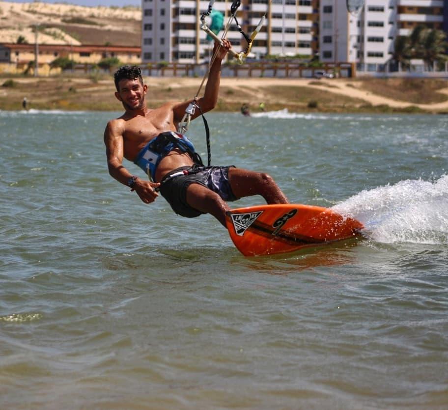 Matheus Silva está no Top 3 do Ranking Brasileiro Strapless - Wave, foi Campeão Piauiense de Kite Wave Pro e também venceu o Campeonato Cearense Pro.