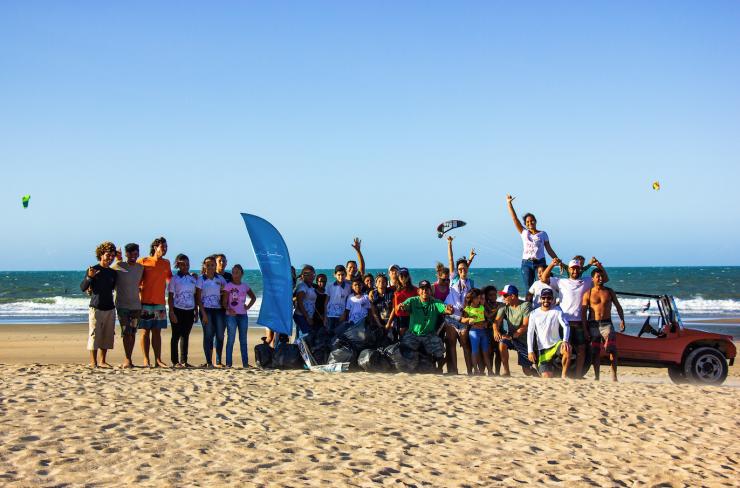 Time Surfin Sem Fim e moradores fizeram um grande mutirão em prol da praia limpa (foto: divulgação Surf Sem Fim).