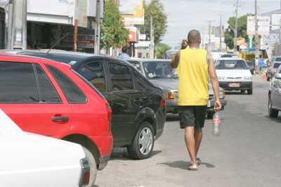 Carros na calça; pedestre na rua: a triste rotina da Fortaleza, terra de ninguém