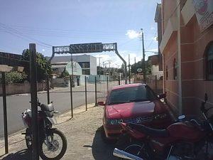 Vista pela av. João Pessoa: ficou espaço de cerca de 30 cm para o trânsito dos pedestres e os veículos foram para cima da calçada