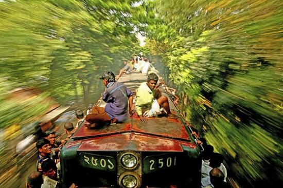 Surfistas de trem em Bangladesh. Fotografia de G.M.B. Akashi