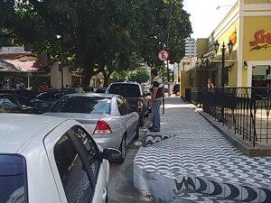 Carros param sob a placa de Estacionamento Proibido na rua Ana Bilhar...