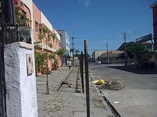 Prédio apropriou-se da calçada, na rua João Sorongo. Veja como a cerca está desalinha em relação ao muro da casa vizinha