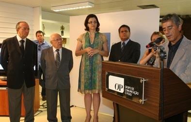 Ministro Ubiratan Aguiar (presidente TCU), Luciana Dummar, Arlen Medina (diretor-geral de jornalismo do O POVO) ouvem discurso do novo ombudsman, Paulo Rogério