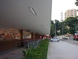 Como se pode ver nesta foto, tirada hoje, o supermercado...