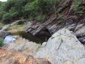 Mina com uma pequena barragem feita pelo beatro José Lourenço: não falta água no Caldeirão