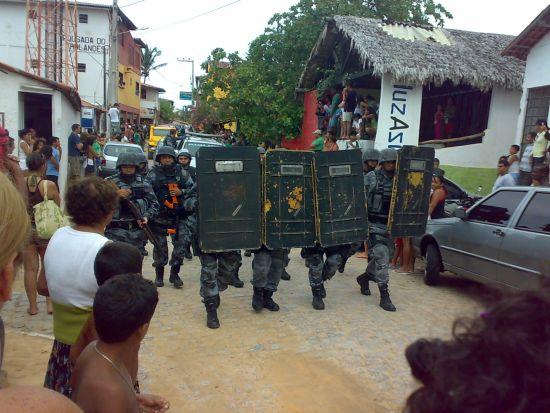 """Tropa de Choque da Polícia Militar na rua principal de Canoa Quebrada: foram necessários 60 policiais e um helicóptero para conter conflito entre bugueiros e turistas de """"off road"""""""