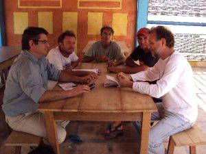 A partir da esquerda, Tarso Araújo, João Paulo, um morador de Nova Olinda, Aureliano, eu