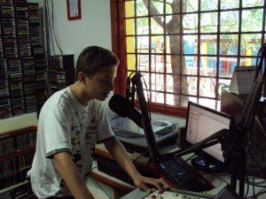 Rodrigo apresenta programa na rádio da Fundação Casa Grande