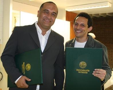 Repórteres Cláudio Ribeiro e Demitre Túlio mostram a comenda de Cavaleiro Benemérito da Pátria