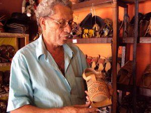 Espedito Seleiro mostra sandália cujo modelo foi criado por lampião
