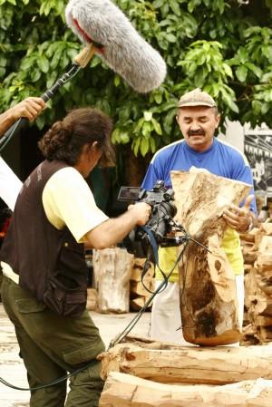 Janjão mostra suas esculturas durante a filmagem