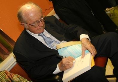 """Professor Paulo Bonavides dedica o livro """"Demócrito Rocha - Uma vocação para a liberdade"""" a Luciana Dummar, bisneta do fundador do O POVO"""