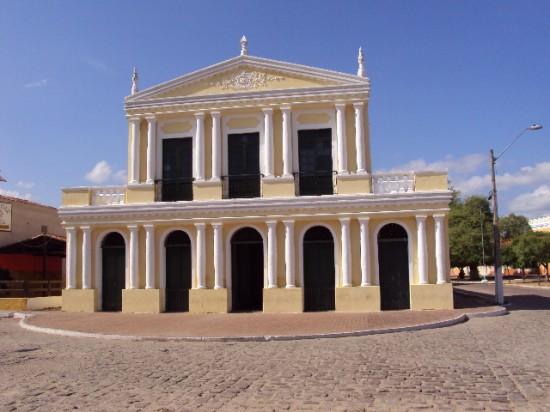 Teatro da Ribeira dos Icós: o palco é inclinado para permitir a visão dos pés dos artistas em espetáculos de dança