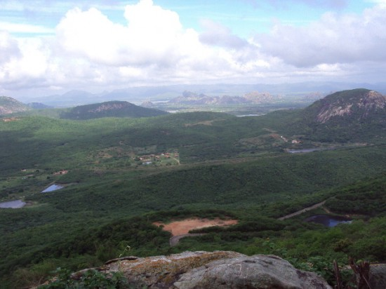 Vista do Santuário, na Serra do Urucum; ao fundo pode-se ver a Pedra da Galinha Choca e o Açude do Cedro, na Serra do Estêvão