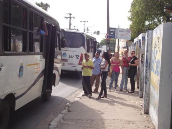 Parada de ônibus sem abrigo: Rua tenente Jurandir Alencar, na Praça da Matriz, em Messejana