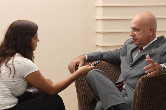 O presidente do INSS, Valdir Moysés Simão é entrevistado pela repórter Henriette de Salvi. Foto de Talita Rocha