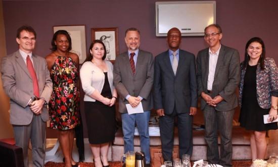 A partir da esquerda: Bosco Monte (professor), Mauricéia de Oliveira (tradutora), Tania Canelas (conselheira), eu, Mphakama Mbete (embaixador), Guálter George (editor de Política) e Daniela Nogueira (editora de Opinião)