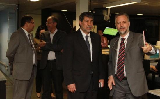 Embaixador da Palestina (de terno escuro) visita a Redação do O POVO ao meu lado. Um pouco atrás, Hélio Leitão (esq) e Guálter George (clique para ampliar)
