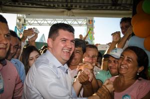 Ronaldo Martins faz caminhada para entrega de programa de governo (Foto: Divulgação)