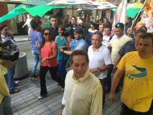 Heitor Férrer e Dimas Oliveira caminham no Centro da Cidade (Foto: Wagner Mendes/ O POVO)