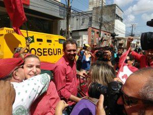 Luizianne e Elmano chegam à Praça da Justiça (Foto: Carlos Mazza/ Jornal O POVO)