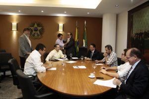 Participaram da reunião Tin Gomes (PHS), Manoel Duca (PDT), Evandro Leitão (PDT), Ferreira Aragão (PDT), Heitor Férrer (PSB), Carlos Felipe (PCdoB), Zé Ailton Brasil (PP), Renato Roseno (Psol), Elmano Freitas (PT) e Rachel Marques (PT) - (foto: José Leomar/Assembleia Legislativa/Divulgação)