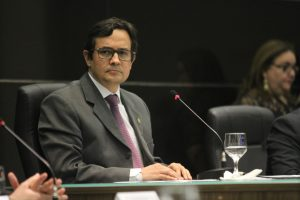 Edilberto Pontes anuncia revogação do concurso do TCE-CE (Foto: Mateus Dantas / O Povo)