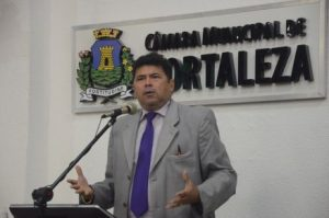 Carlos Mesquita voltará como suplente após seis mandatos consecutivos como vereador eleito (Foto: Thiara Nogueira/O POVO)