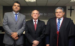 Novos desembargadores Mauro Liberato (esquerda) e Francisco Carneiro Lima (direita). Ao centro, o presidente do TJ-CE, Francisco Gladyson Pontes (Divulgação)