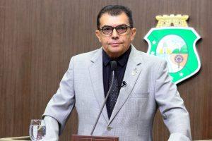 Ely Aguiar defendeu privatizações e extinção de cabides de emprego (Foto: Divulgação/AL-CE)