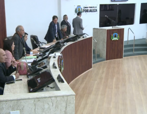 Câmara chegou a iniciar discussão do novo horário, mas acabou suspendendo por conta dos protestos (Foto: Reprodução/TV Fortaleza)