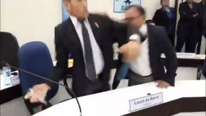 Vereador Louro da Barra foi contido por presentes e chegou a arremessar copo em adversário (Foto: Reprodução)
