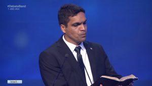 No fim do debate, Cabo Daciolo pega Bíblia e lê trecho