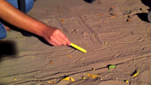 """Tentando convencer manifestantes, Cid chegou a desenhar """"maquete"""" de viadutos no chão (Foto: Reprodução)"""