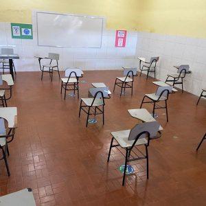 Imagem mostra distanciamento das cadeiras para volta às aulas
