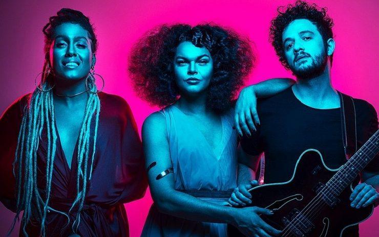 A imagem mostra os três integrantes do grupo Bahias e a Cozinha Mineira.