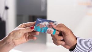 Imagem mostra duas mãos segurando o Cartão do Empresário