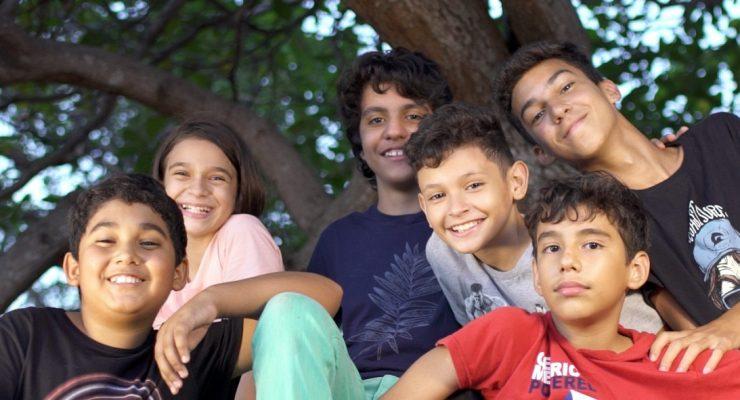 seis crianças embaixo de um cajueiro