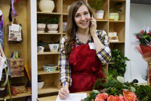moça atrás de um balcão em uma floricultura