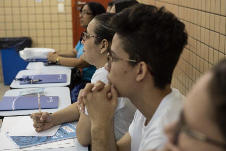jovens assistindo aula