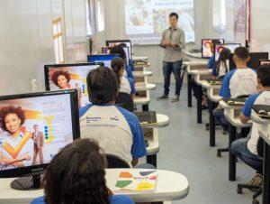 Imagem mostra estudantes do Senac em um curso. A sala de aula está lotada e ao centro há a presença de um professor