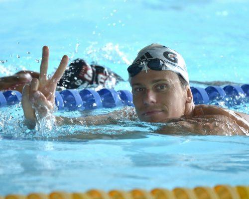 Nadador César Cielo acena para a câmera.