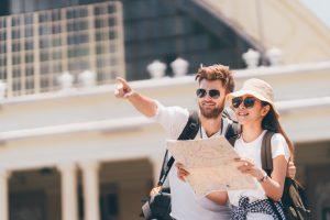 home e mulher durante viagem